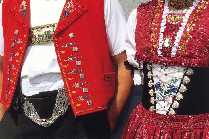 Die Tracht ist für die Appenzeller Trägerinnen und -träger das schönste Kleid und gehört aufgrund der aufwändigen Herstellung in Handarbeit zu einer der schmucksten und vielgestaltigsten Trachten in der Schweiz.