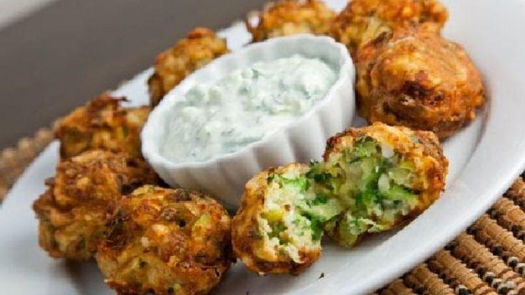 Kolokithokeftedes la ricetta originale greca delle polpette di zucchine e feta.
