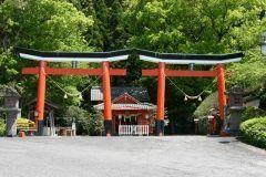 鹿児島県肝属郡にある諏訪神社には左右対称に並ぶ二つの鳥居があるんですよ 殿の構造や二基の並立鳥居は全国でも珍しく貴重なものなんだとか まるで真ん中に鏡を置いているかのようでしょ tags[鹿児島県]