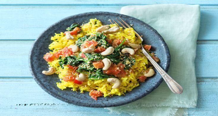 Gele rijst met curry van spinazie, tomaat en cashewnoten Recept | HelloFresh