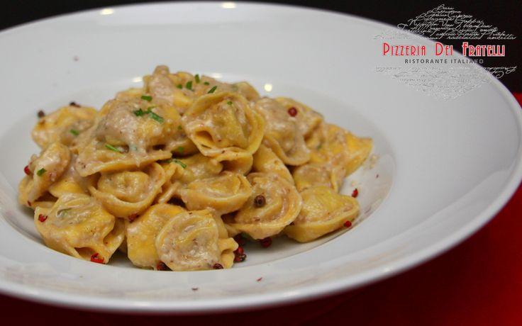 tortellinia γεμιστά με χοιρινό κρέας και prosciutto σε ελαφριά κρεμώδη σάλτσα καρυδιού, ροζ πιπέρι και σχοινόπρασο
