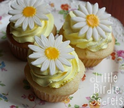 daisy toppers on lemon cupcakes - Yum!