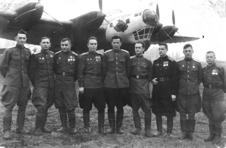 Групповая фотография экипажа бомбардировщика Пе-8 № 4214 на фоне своего самолета. 11.1945г.