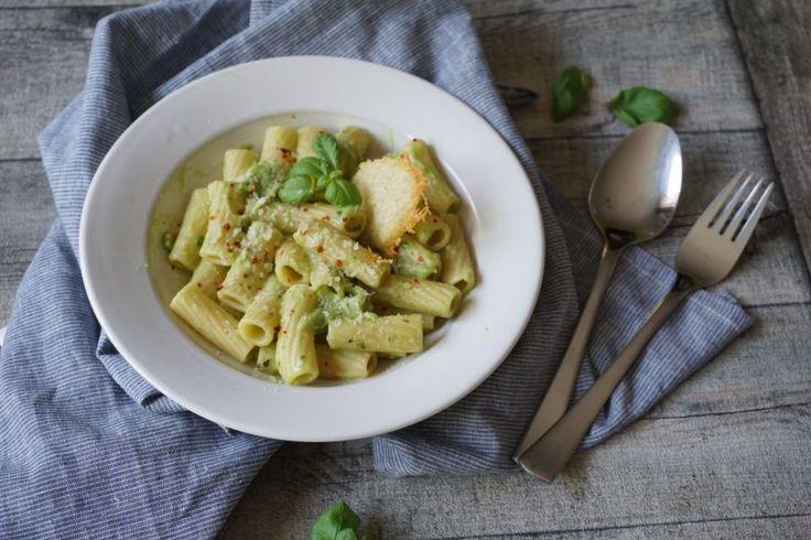 Pasta mit Avocadosoße und Parmesan-Taler