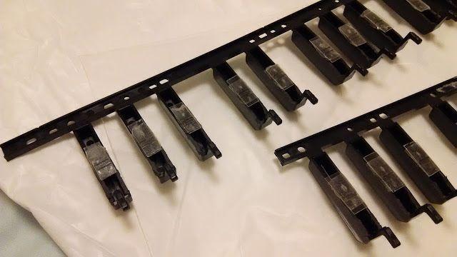 自作楽器研究所|Homemade Instruments: ついに音が出る:自作電子ピアノの鍵盤とスピーカー部分の修理が完成。
