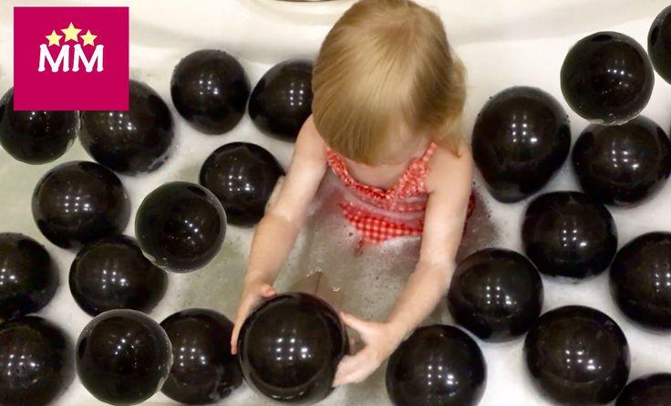 Лопаем шарики с сюрпризами в ванной! Воздушные шарики с игрушками