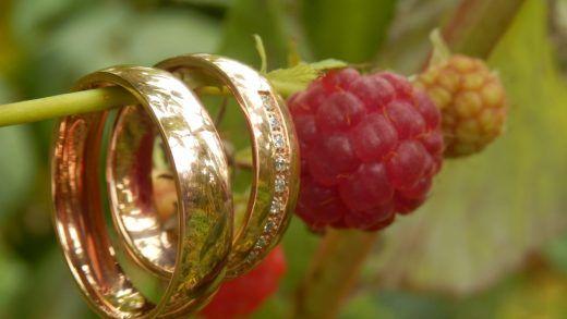 Roodgouden trouwringen met diamanten