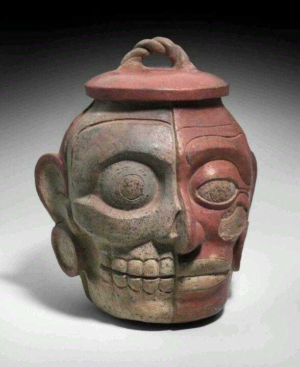 Vasija Maya una cabeza humana mostrando la dualidad de la vida y la muerte.