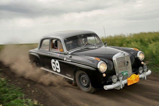 Homenaje a los Mercedes-Benz Ponton a partir de un vídeo sobre el Rally Pekín-París 2013 de coches clásicos, donde participa un Mercedes-Benz P...