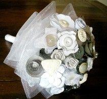 Bouquet per la sposa elegante con bottoni grigio perla realizzato da Trilli e Gingilli