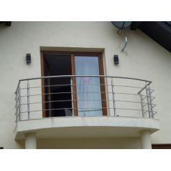 Niewielki balkon z balustradą nierdzewną i rurą pochwytową giętą w łuk.  #balustrady #balkon #schody #poręcz #rybnik #elementy #balustrad #inox #montaż #balustrad #Avis