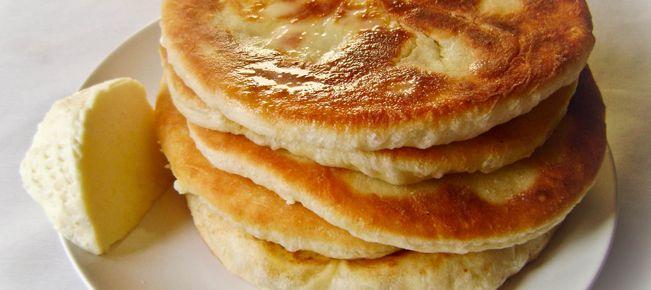 Хачапури с сыром на сковороде ==========================  Хачапури на сковороде - рецепт для ленивых :-) Наш вклад в дискуссию о правильном сыре для хачапури :-)