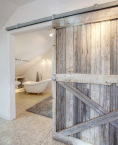 Une porte de grange de récup' pour séparer l'espace salle de bains  http://www.homelisty.com/porte-de-grange/