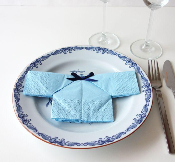 Serviet foldet som lille skjorte. Se mere på www.filii.dk/blog