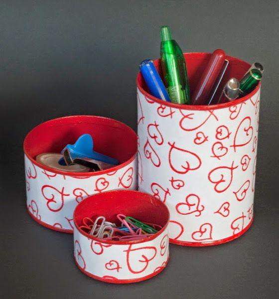 Un organizador de escritorio con latas