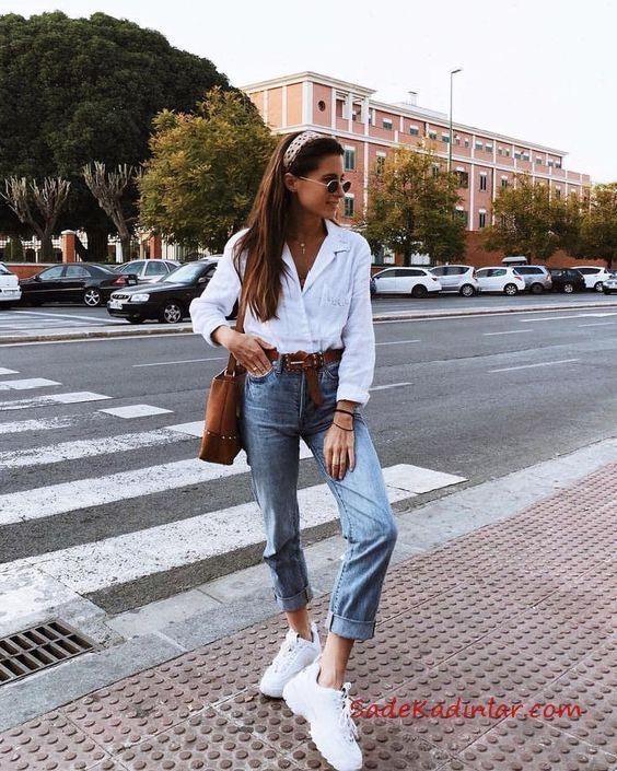 2019 Mom Jean kombiniert blaue Mom Jeans Weißes Langarmhemd Weiße Sportschuhe