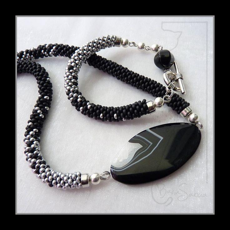 Souprava náhrdelníku a náramku s acháty...pruhovaný achát je ochranným kamenem, zmírňuje stresové stavy a obnovuje tělesnou energii...