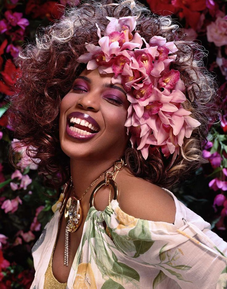 Macy Gray - born in Canton, Ohio - American R and soul singer-songwriter, record producer, and actress, famed for her distinctive raspy voice, and a singing style heavily influenced by Billie Holiday and Betty Davis.