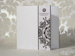 Dekoracyjny element okładki nadaje zaproszeniu unikatowy wygląd.