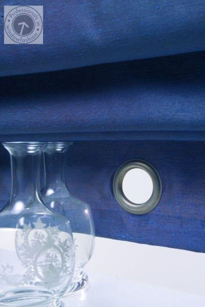 Dekorując swój dom warto przemyśleć wszystkie elementy wyposażenia i wybrać je tak, by razem tworzyły spójną całość. Kolor ścian, podłóg, listwy przypodłogowe czy osłony okienne – wszystkie można wybrać w jednej tonacji kolorystycznej. Jeśli chodzi o osłony okienne – tu wybór jest ogromny, bo w sklepach dostępne są różne wzory i kolory osłon – zarówno rolet, jak i plis materiałowych czy rolet rzymskich. Dobierając kolor, zwróć uwagę na kolor ścian – rolety powinny współgrać ze ścianami.