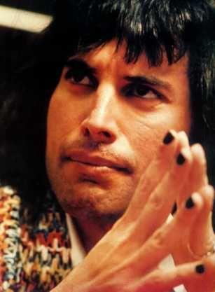 Freddie Mercury Teeth | TheLongGBfreddieblacknails.jpg (13812 bytes)