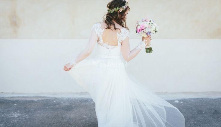 Una novia debe escoger el look que mejor se adapte a su cuerpo para lucir radiante el día de su boda. Si eres bajita a continuación te dejamos unos consejos para lucir estilizada y ganar algunos centímetros.