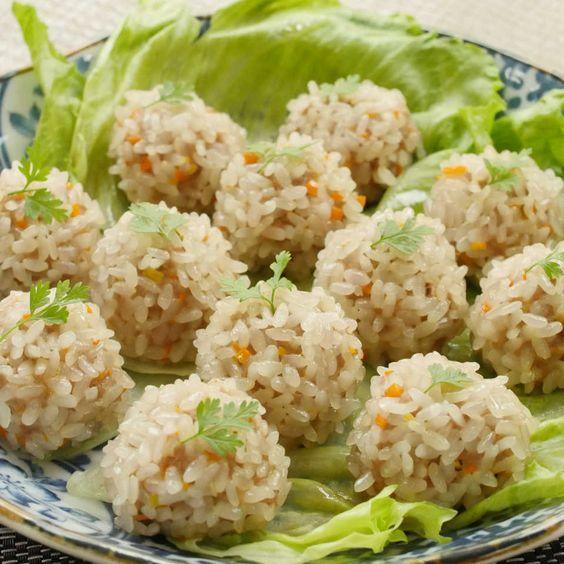 今回は「もち米シュウマイ」のレシピをご紹介します。蒸し器は必要なし!フライパンで簡単に作ることができますよ。もち米のもっちり食感に、ジューシーなシュウマイがベストマッチ!ひと口サイズなのでお弁当のおかずにもぴったりです♩