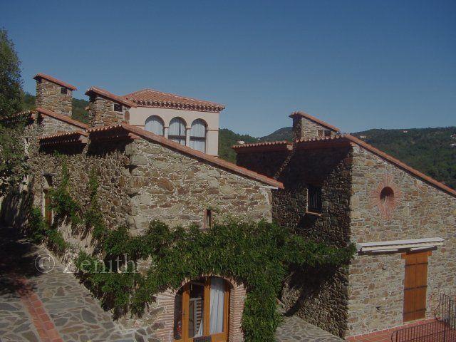 Près de Céret, Authentique Mas composé de 4 bâtiments, entièrement rénové, 7 chambres, 3 SDB, grande piscine en dur, cuisine d'été, au calme, sans vis-à-vis, plusieurs terrasses couvertes, vue montagne. http://www.zenith-immobilier-perpignan.com/detail.php?id_annonce=1274