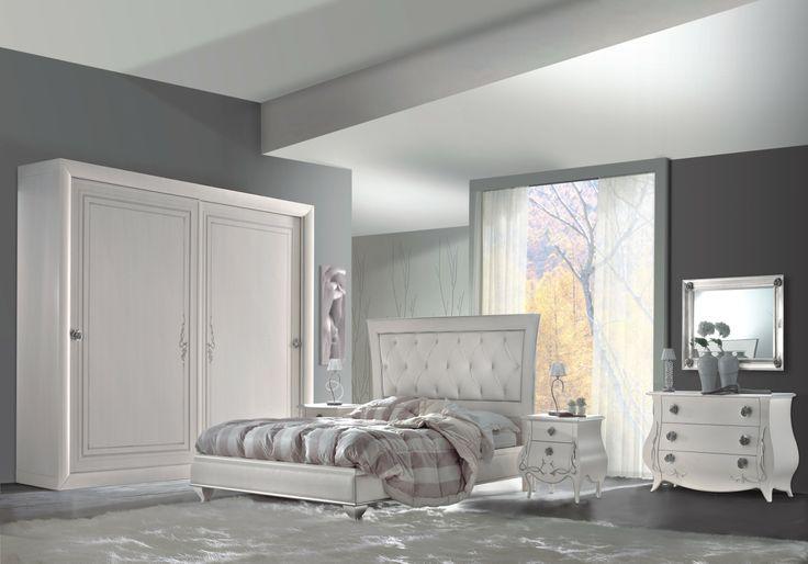 camera da letto bianco a pennello e foglia argento, linee bombate per il gruppo comò e comodini,armadio scorrevole ante grandi e letto a cornice capitonè pelle bianca