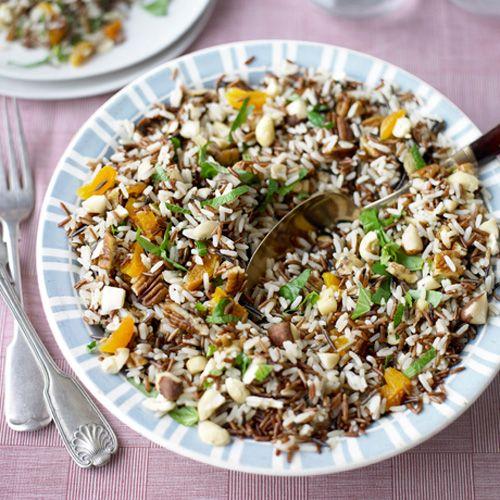 Kook 400 g gemengde rijst (Camargue, wild en langkorrelig) gaar. Laat uitlekken en afkoelen. Hak 150 g gemengde noten, 1 bosje basilicum en 1 bosje munt plus 75 g gedroogde abrikozen. Meng erdoor en voeg zout en peper toe. Besprenkel met extra vergine olijfolie.