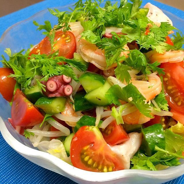 今日は、暑かったのでエビとタコにパクチーをたっぷり使ったエスニックサラダを作りました❀.(*´◡`*) 食がすすむ〜♪ - 34件のもぐもぐ - エビとタコのエスニックサラダ〜パクチーたっぷり♪ナンプラーレモンドレッシング〜 by moyukita