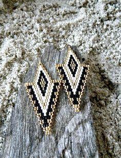 Boucles d'oreille géométrique en perles miyuki (noir, blanc et or) : Boucles d'oreille par little-yendis