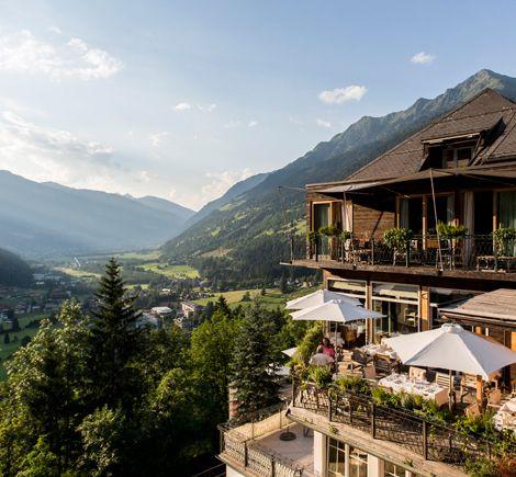 Ein außergewöhnliches Designhotel in den Alpen mit wunderbarem Panoramablick: im Alpine Spa Hotel Haus Hirt in Bad Gastein genießen Gäste Urlaub in familienfreundlicher Atmosphäre. Das Berghotel bietet neben Wellness, Spa und Yoga umfassende Kinderbetreuung für einen entspannten Urlaub mit Kindern im Salzburger Land.