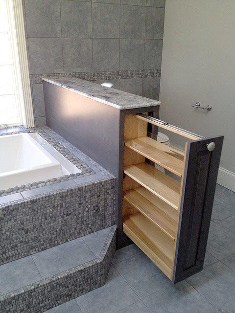 Kakel på badkaret. Små rutor, i samma nyans som golvet o väggar som ska ha större rutor. Ljusgrått/turkost/vitt.