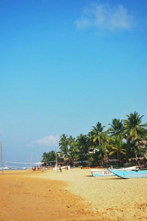 2013/2/20  2日目 スリランカ ヒッカドゥワ。 ビーチで一人寂しくビールを飲んだ。気温30度は軽く超えてる。南国。