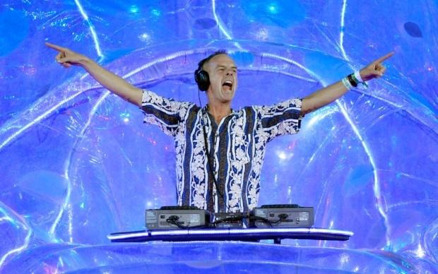 Un gruppo di ballerini amatoriali impazza in un centro commerciale di Los Angeles: la musica irrompe da uno stereo portatile; una danza scoordinata, passi irrefrenabili, lo stupore e la sorpresa dei passati. La scena, ripresa in puro lo-fi , dura lo spazio di pochi minuti. La musica si dissolve, il gruppo si scioglie tra timidi applausi. È il 1998. Con cinque anni di anticipo sul primo flash mob della storia ecco il videoclip di Praise You di Fatboy Slim. Una rivoluzione.