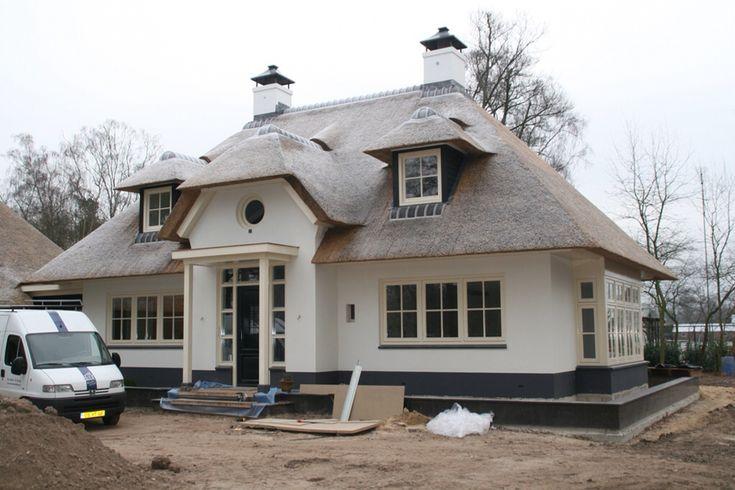 Mooie witte villa met rieten dak. Mooie landelijke dakkapellen met zwarte wangen