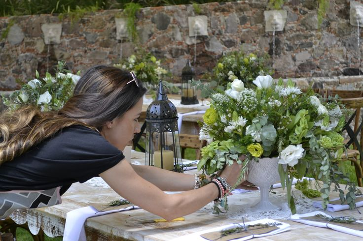 """Flores y diseño - """"Floral & Event design"""" Hoy les voy a hablar de nuestro nuevo talento en Mixtrend, ella es Renata Téllez Précoma; diseñadora de modas con varios años de experiencia en coordinación y decoración de eventos,tales como:"""