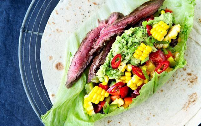 Tortillaer med steak, guacamole, majs og rød peber/tomatsalsa