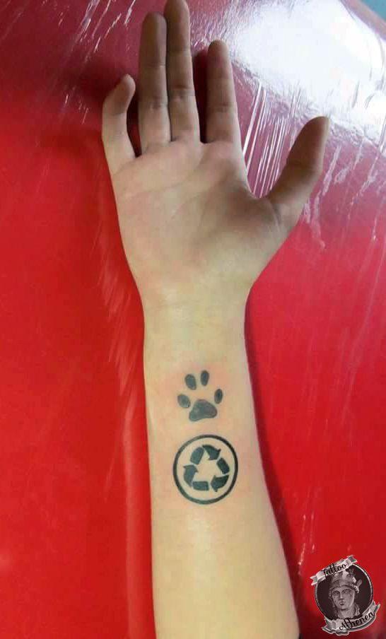 Tattoo simbolo reciclaje & huella perro pincher.  Tattoo Athenea.