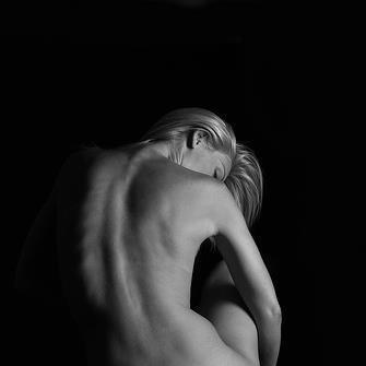 Nuda sei semplice come una delle tue mani,  liscia, terrestre, minima, rotonda, trasparente,  hai linee di luna, strade di mela,  nuda sei sottile come il grano nudo.  Nuda sei azzurra come la notte a Cuba,  hai rampicanti e stelle nei tuoi capelli,  nuda sei enorme e gialla  come l'estate in una chiesa d'oro.  Nuda sei piccola come una delle tue unghie,  curva, sottile, rosea finché nasce il giorno  e t'addentri nel sotterraneo del mondo.    Pablo Neruda