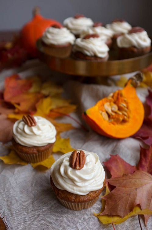 Pumpkin cupcakes with maple syrup frosting. Recipe in Finnish on http://kakkupuutarha.tumblr.com .