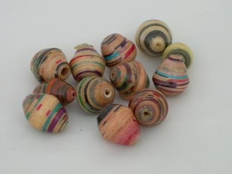 Hoe maak je papieren kralen - LeerWiki.nl - Schat aan informatie  Lekker licht aanvoelende sieraden en goedkoop!