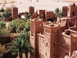 Ait Ben Haddou (Berber: Ath Benhaddou) ist eine ummauerte Stadt oder Ksar, entlang der ehemaligen Karawanenroute zwischen der Sahara und Marrakesch in Marokko heute. http://www.kasbah-ait-ben-haddou.com/de/