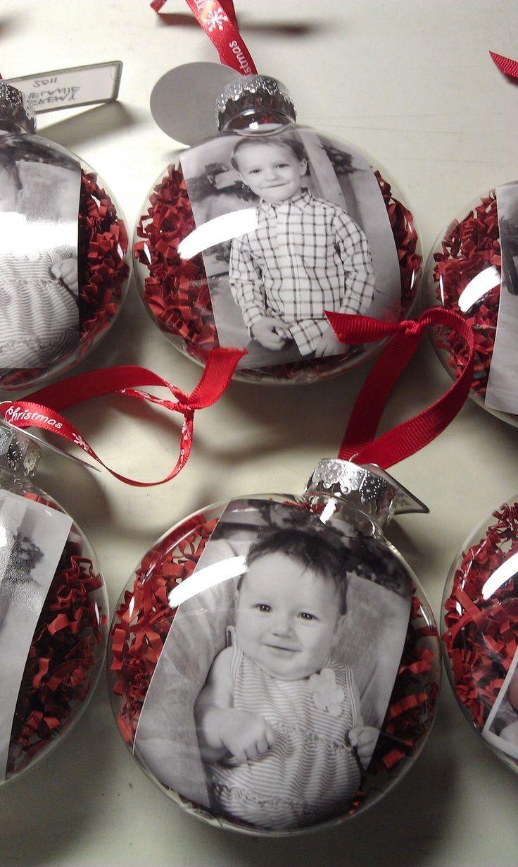 Idea para decorar el árbol de navidad con las fotos familiares. Rellena una bola de navidad transparente con tus fotos