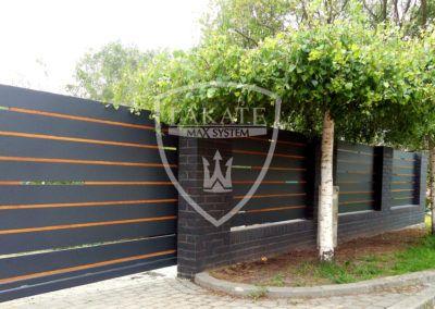 Realizacja ogrodzenia Alu Fence, dzięki niewielkim prześwitom prywatność posesji została zachowana