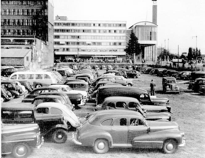 Van Oldebarneveldstraat hoek Coolsingel 1948, met aan de overkant van de Coolsingel: De Beurs