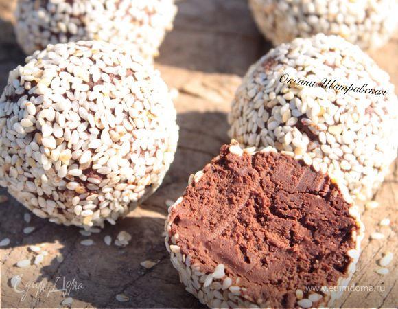 Хочу показать вам невероятно вкусные и немного полезные домашние конфеты. По текстуре они похожи на трюфели, а все благодаря авокадо.