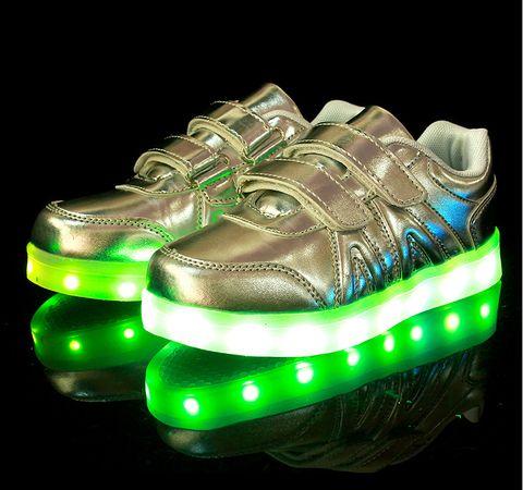 Sølv LED sko med borrelås -   LED-skoene finner du i nettbutikken ledtrend.no. Prisene på ledskoene varer varierer fra 599-, og oppover, GRATIS frakt på alle varer. Vi har mange forskjellige LED-sko, ta en titt da vel? på: www.ledtrend.no
