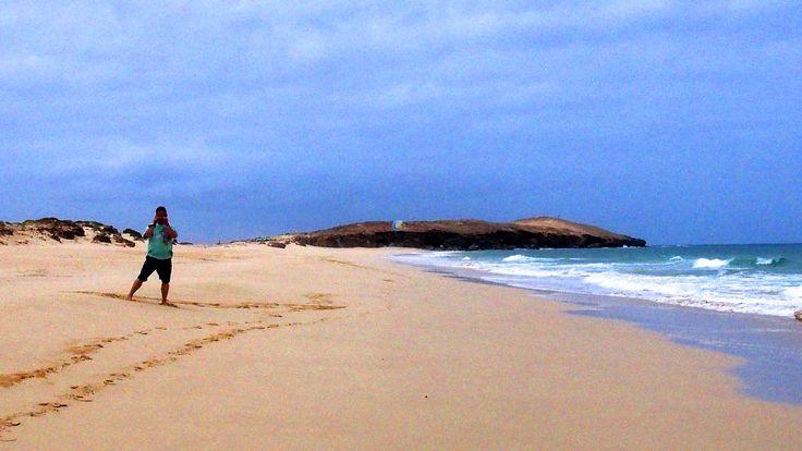 Der #Traumstrand #PraiaVarandinha im Süden der #Insel #BoaVista auf den #Kapverden ist per #Tour oder mit einem #Quad zu erreichen und gehört zu den wirklich schönsten #Stränden. #Schildkrötenspuren, #Felsformationen, feiner #Sand und brilliantes #Wasser garantieren schönste #Urlaubserinnerungen.  Günstig #LastMinute zu buchen über http://boavistianer.de/lastminutekapverdenboavista.php